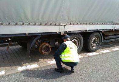 40-tonowa ciężarówka bez koła na autostradzie A2. Jechał z Hiszpanii na Białoruś