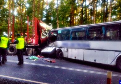 """Tragiczny początek tygodnia na krajowej """"szesnastce"""". Nie żyje kierowca i opiekunka grupy !"""