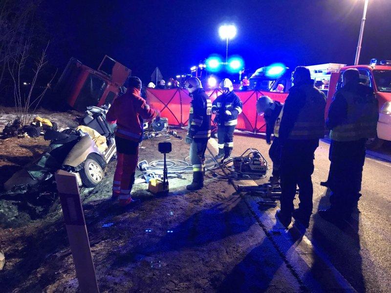 Olbrzymia tragedia na drodze !!! W wypadku na skrzyżowaniu dróg 74 i 728 zginęły 3 osoby