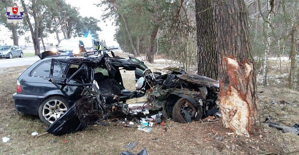 BMW kompletnie roztrzaskane! Nie żyje 24-letni pasażer. Kierowca auta 21-latek był pijany!