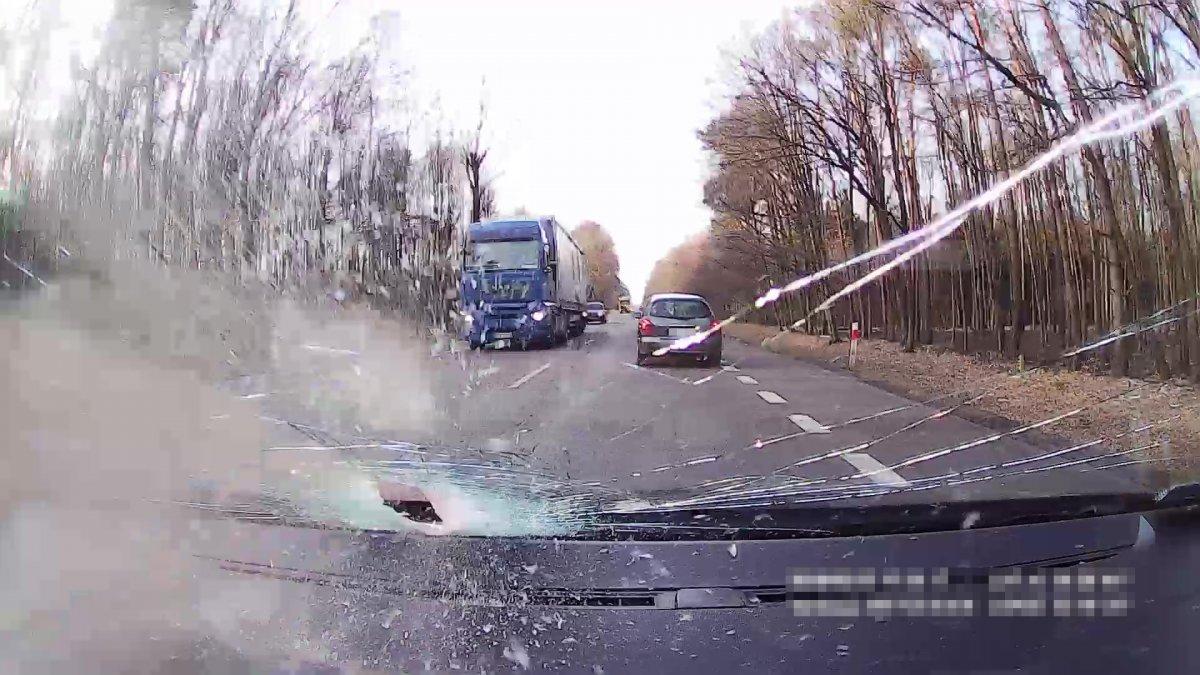 Bardzo groźne zdarzenie na krajowej 19-tce! Kawałek metalowej rury uderzył w przednią szybę Skody. Kierowca w szpitalu. [ZDJĘCIA,FILM]