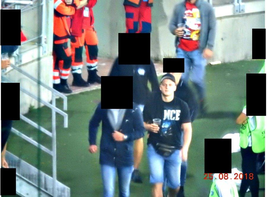 Uwaga! ROZPOZNAJESZ TYCH MĘŻCZYZN? Policja publikuje wizerunki pseudokibiców, którzy wtargnęli na płytę boiska [ZDJĘCIA]