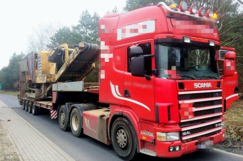 Ciężki transport trafił na parking strzeżony