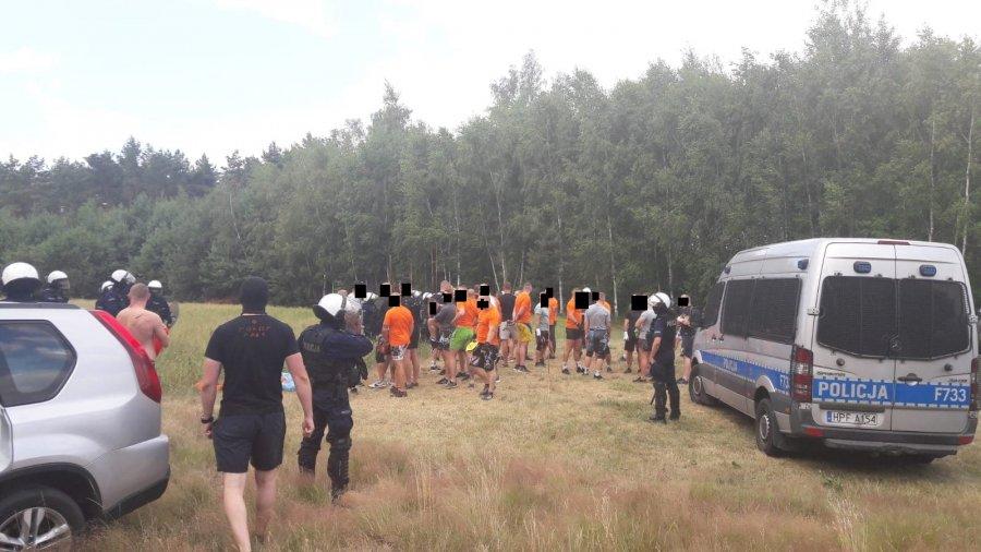 """POLICJANCI ZAPOBIEGLI PSEUDOKIBICOWSKIEJ """"USTAWCE"""""""
