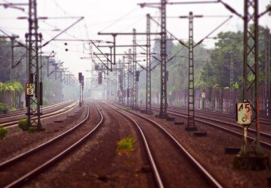 Tragedia! Nie żyje 31-letnia kobieta i dwójka 8-letnich dzieci. Wjechali na rowerach pod pociąg.