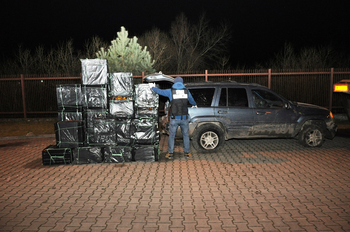Zatrzymani po pościgu! Mężczyźni próbowali wwieźć w głąb kraju kontrabandę o wartości prawie pół mln zł.