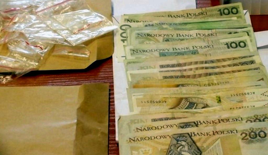 Miał przy sobie kokainę, sporą gotówką próbował przekupić policjantów