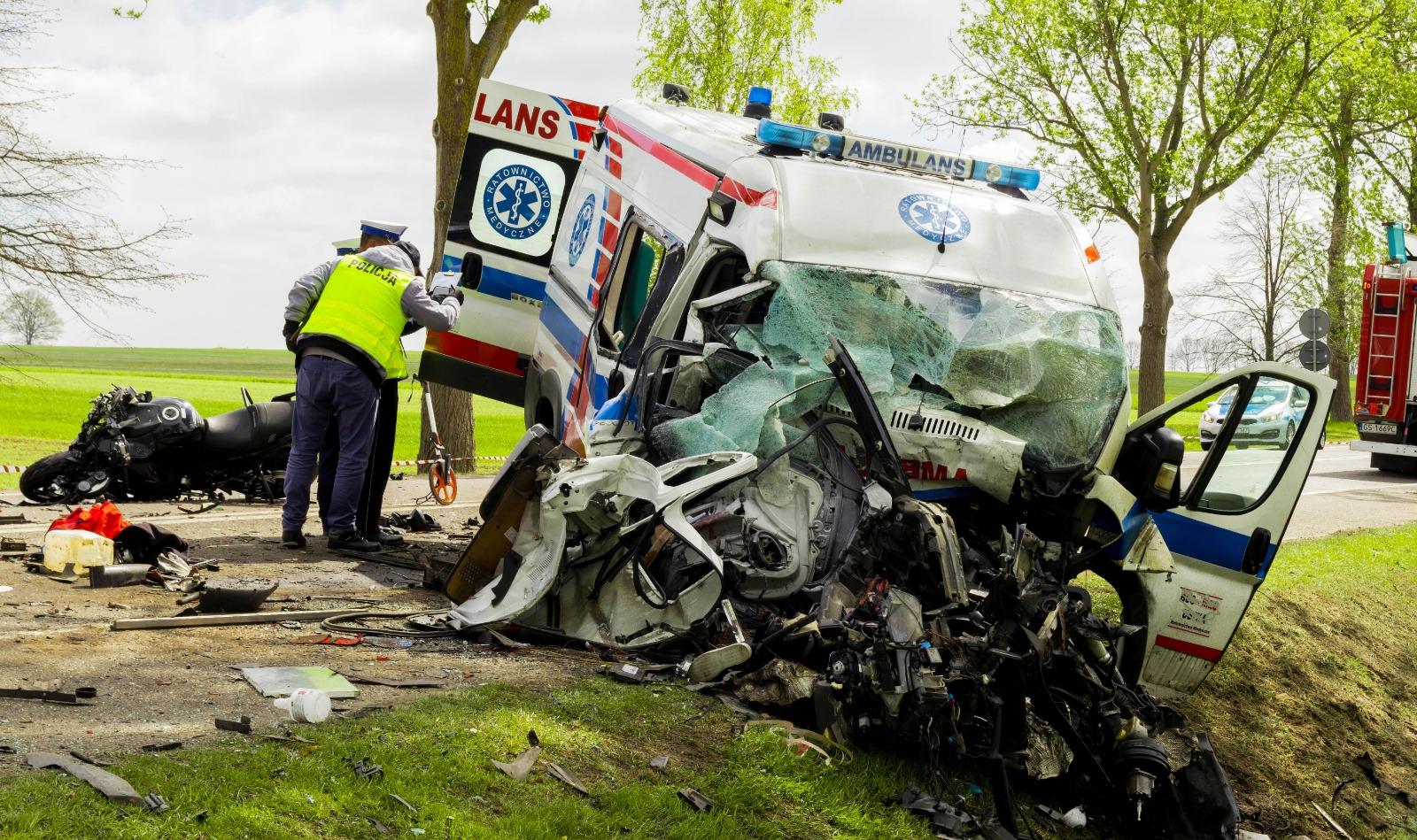 Tragiczny wypadek z udziałem karetki! Nie żyją dwie osoby! Wzdarzeniu brały udział również auto ciężarowe przewożące paliwo orazmotocykl.[AKTUALIZACJA]
