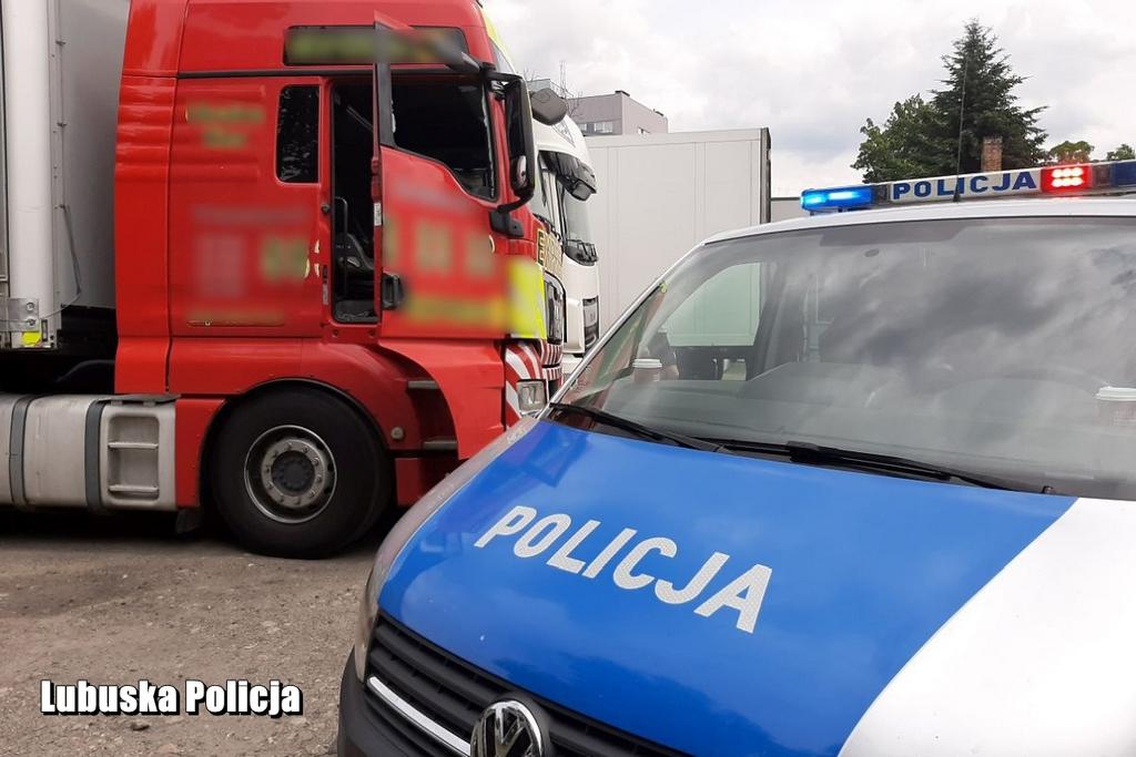 Mając 2,7 promila kierował ciężarówką na autostradzie - policjanci musieli wybić szybę, aby wyciągnąć go z pojazdu