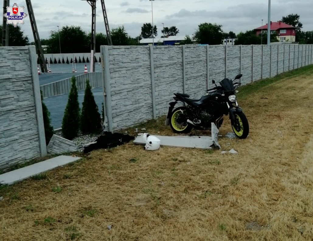 KURSANTKA POMYLIŁA MANETKI I WJECHAŁA MOTOCYKLEM W BETONOWE OGRODZENIE