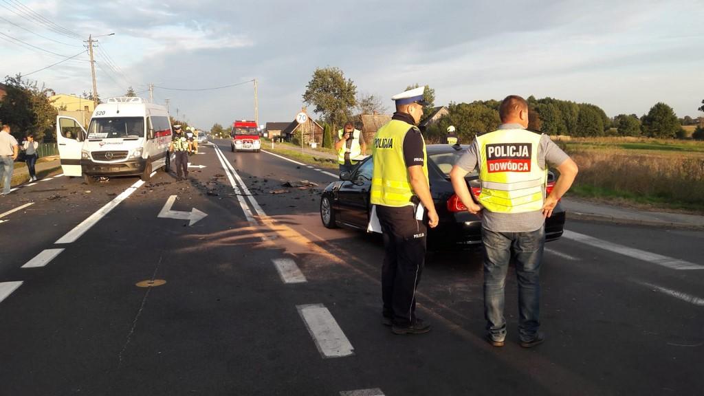 BMW uderzyło w motocykl honda. Dwie osoby zginęły na motocyklu