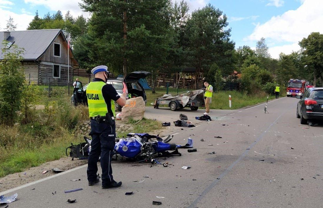 Motocyklem uderzył w przyczepkę, policjanci apelują o ostrożność