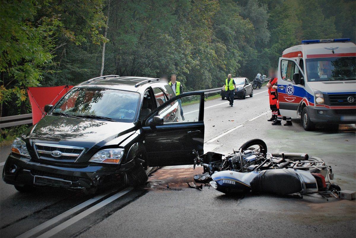 Śmiertelny wypadek drogowy – zderzenie motocykla z osobówką