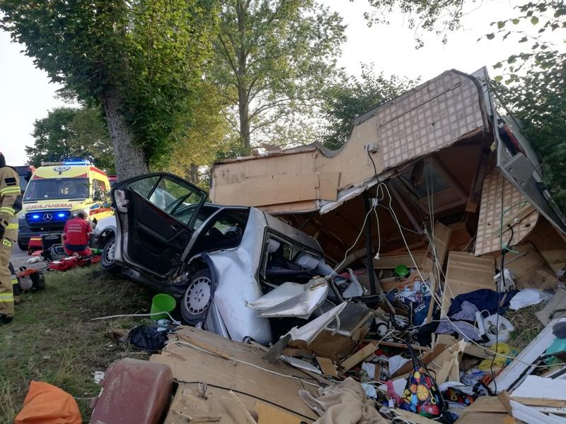 Tragedia na drodze! Nie żyje 35-letni kierowca. Pasażerka przetransportowana śmigłowce LPR do szpitala.