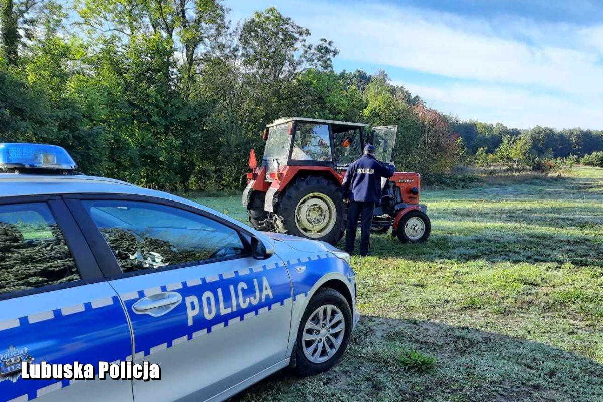 Ciągnikiem uciekał przez pole i las – policjanci zatrzymali pijanego 43-latka z zakazem kierowania