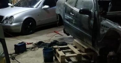 Dziupla zlikwidowana! Policjanci odzyskali skradziony samochód, dwa motocykle i wyposażenie warsztatu [ZDJĘCIA, FILM]