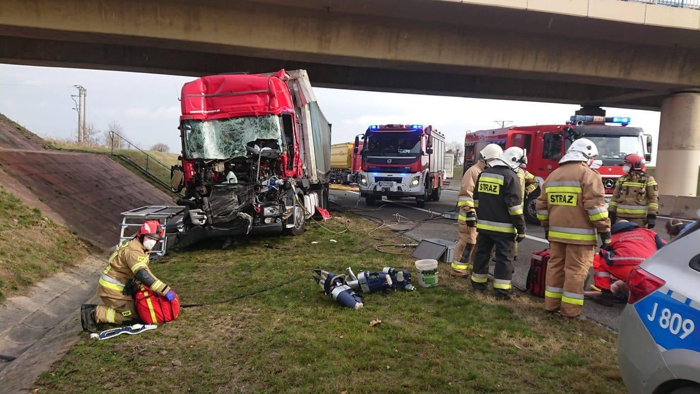 Bardzo groźne zderzenie trzech aut ciężarowych na A4! W akcji śmigłowiec LPR