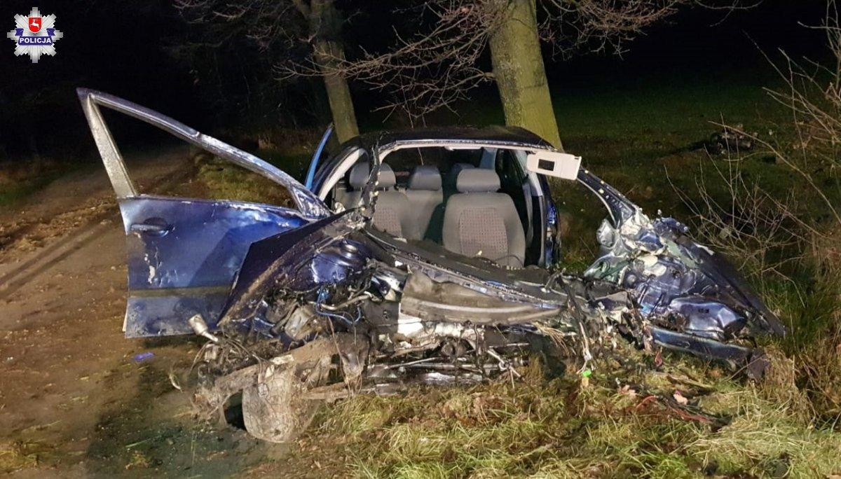 Siła uderzenia była tak duża, że z samochodu wypadł silnik. W organizmie 24-latka było ponad 1,5 promila alkoholu.