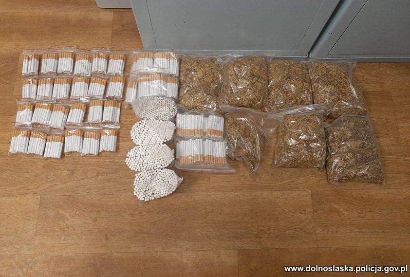 """Dolnośląscy policjanci skonfiskowali kontrabandę. Do depozytu trafiło blisko 400 kg tytoniu i """"domowej roboty"""" alkohol"""
