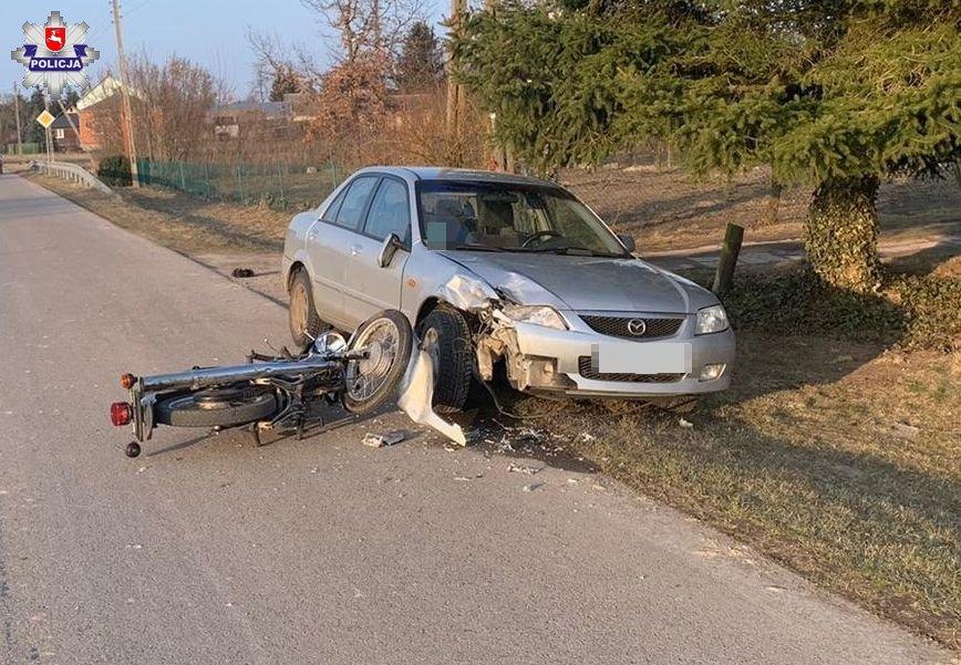 Motocyklista z promilami uderzył w zaparkowaną mazdę