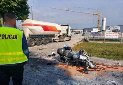Uwaga! Pilnie potrzebna krew! Zderzenie ciężarówki z policyjnym motocyklem. Poszkodowany funkcjonariusz